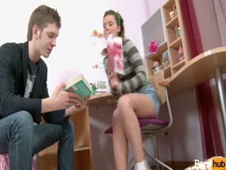 Русская девушка трахается с учителем географии во все дырки дома у него»