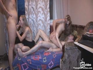 Две лесбиянки трахаются на диване в киску друг друга очень классно, не стесняясь этого