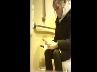 Русская девушка трахается с парнем, который подсматривал за ней из туалета