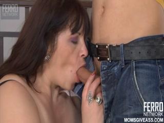 Тетушка сосёт член племянника, а потом трахается в жопу