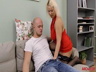 Русское порно видео инцест мамы с сыном, который любит ебаться раком на диване дома