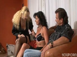 Групповое порно зрелых мужчин с их любимой девушкой-блондинки дома