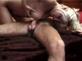 Мать сосёт сыну член на кровати пока он отдыхают от днев