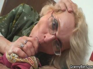 Русская бабушка соблазнила внука на секс в пизду