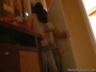 Русское порно видео молодых студентов, которые ебут одну телку одновременно на диване дома