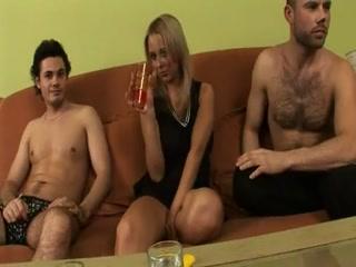 Групповое порно зрелых дам и двух парней, которые ебут ее в пизду на диване дома