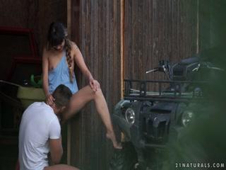 Девушка сосет член парню на кухне - порно для дрочки дома!