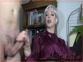 Госпожа сосет член своего молодого раба, который не против секса с ней