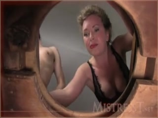 Порно видео зрелой дамы, которая сосёт член