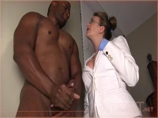 Порно видео про секс с негром и его большим членом в офисе у женщины-начальницы