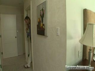 Сексуальная девушка с большой грудью трахается в попу со своим парнем-негром и сосет