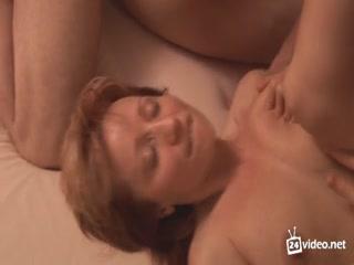 Секс со зрелыми женщинами очень понравился парням на диване дома у них двоих