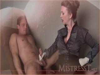 Порно видео лесби с молодым человеком, который трахает ее в киску на диване дома