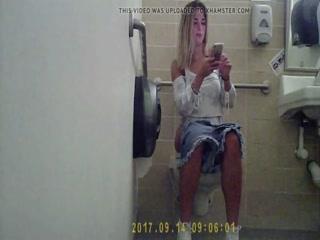 Девушка с маленькой грудью мастурбирует киску на камеру дома у парня-фот