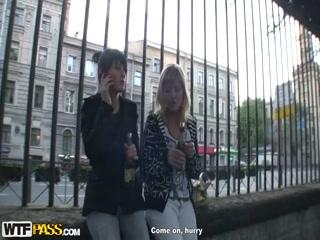 Две девушки трахают парня в клубе !